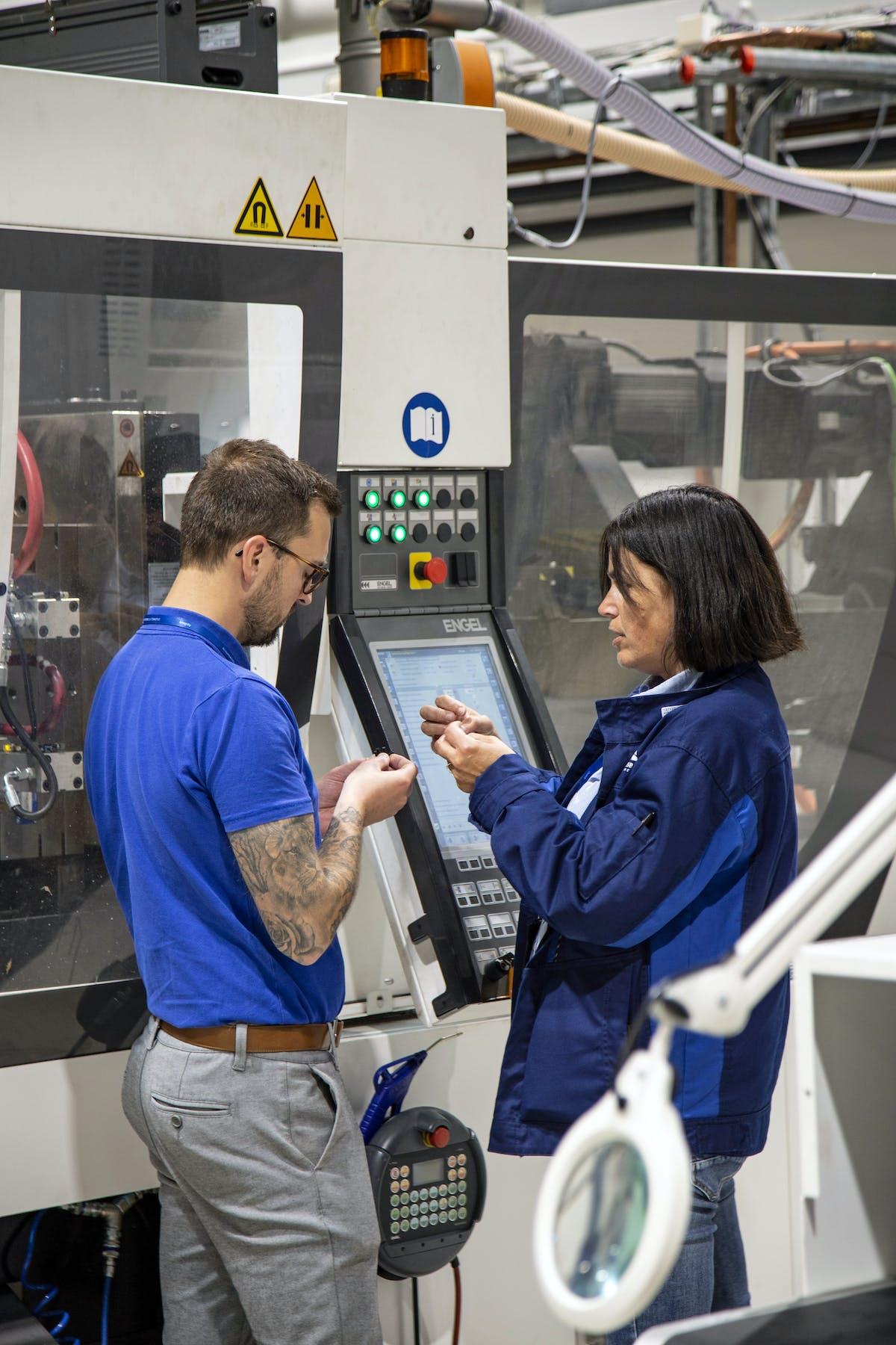 To ansatte på Kongsberg Automotive Raufoss